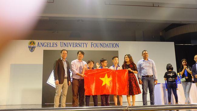 Học sinh trường Đoàn Thị Điểm (Hà Nội) nhận giải Tiềm Năng cho hạng Trung cấp.